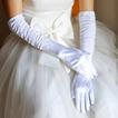 Bílá plná prstová teplá taffeta prochází tlustými svatebními rukavicemi