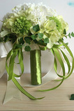 Zelený a bílý zápas míč hedvábný chryzantém nevěsta drží květiny