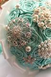 Diamantová perleťová ruka stužkových květin růže nevěsta kytici s květinou