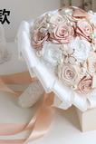 Pearl diamantová ruka nevěsta drží květiny vlastní růže družička kytice