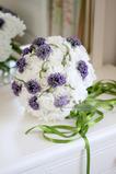 Svatební nevěsta drží květiny PE svatební dovolenou