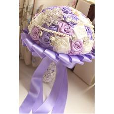 Purple téma svatební nevěsta kytice růže diamant perla ruku vzít květiny