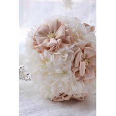 Svatební kytice venkovní drží svatební uspořádání